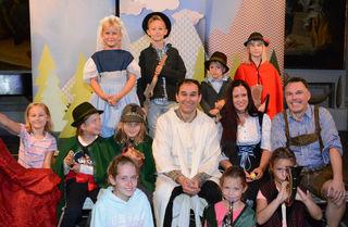 Martin Ganthaler, Angela Mitterhofer und Thomas Althammer und die mitspielenden Kinder