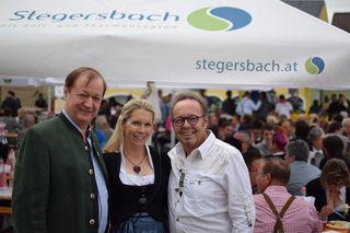 Bürgermeister Heinz Peter Krammer, die Eigentümer und Gasgeber des Hotels Larimar Daniela Lakosche und Johann Haberl