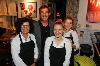 Doris, Kathi und Pia vom Flieger Catering wollten zum Schluss noch schnell ein Erinnerungsfoto mit dem Kabarettisten Viktor Gernot.