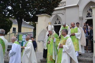 Kardinal Christoph Schönborn besucht Bockfließ und feiert eine Jubiläumsfestmesse.