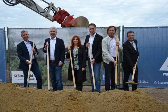 Norbert Hofer, Edgar Stemeseder mit Architektin, Alexander Petschnig, Kurt Maczek und Norbert Darabos beim gemeinsamen Spatenstich