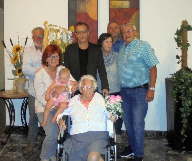 Jubilarin Klara Divan mit ihrer Familie und Urenkelin Greta sowie Bgm. Wolfgang Jörg (3.v.l.) und Heimleiter Reinhard Scheiber (2.v.re).