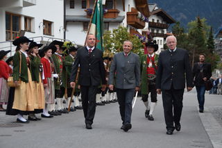 Abschreiten der Front beim landesüblichen Empfang: Vize Bgm. Helmut Dollnig, Bgm. Paul Greiter und Alt LH Herwig van Staa (v.l.).