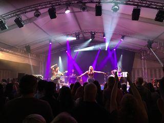 Im großen Festzelt unterhalb des Schloss Naudersberg konnten die Band Böhmsound aus Tirol, Stargast Hannah mit Band und DJ Mountain den ca. 700 Besuchern so richtig einheizen und für Partystimmung sorgen.