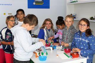 Gestalten für die Zukunft: Nina Zechner mit begeisterten Kindern der VS Deutschlandsberg.