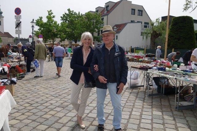 Organisatorin Jutta Gaßner und ihr Helfer, Herr Aschauer, haben den Flohmarkt in Mauer mit Leidenschaft betreut.