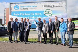 In Anwesenheit von LH-Vize Michael Schickhofer sowie den LAbg. Hubert Lang und Wolfgang Dolesch wurde die Wirtschaftsregion-Standorttafel am Ökopark Hartberg enthüllt.