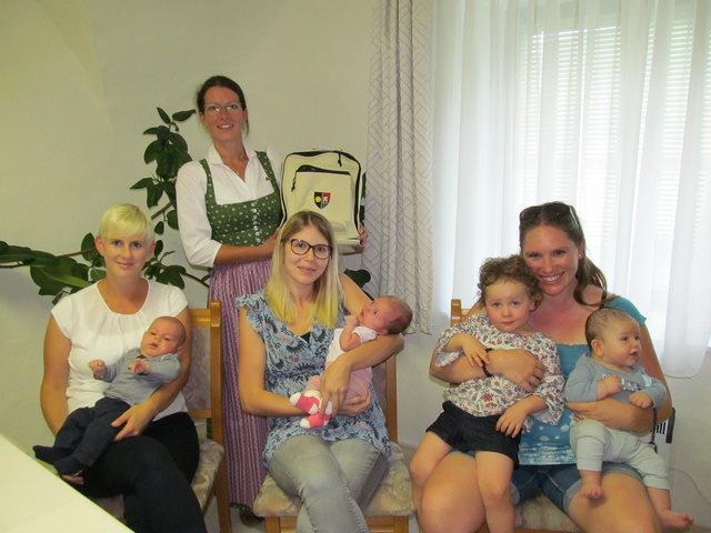 Petra mit David Lukas Brader, Bürgermeisterin Karin Gorenzel, Simone Hofschweiger mit Mia-Sophie Oberleitner und Elisabeth mit Elizabeth und David Jonathan Spindel.