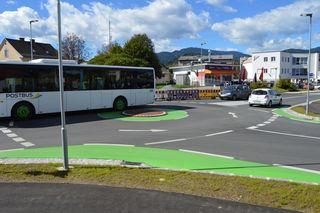 Der umstrittene kleine Kreisverkehr an der 10.-Oktoberstraße in Feldkirchen
