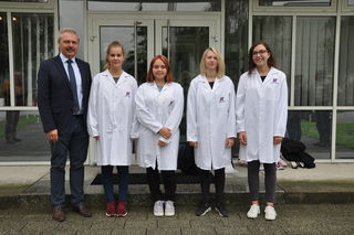 v.l.n.r.: Geschäftsführer Manfred Nenning, Eva Burian, Anja Haslinger, Vanessa Batoha und Sophie Moser.