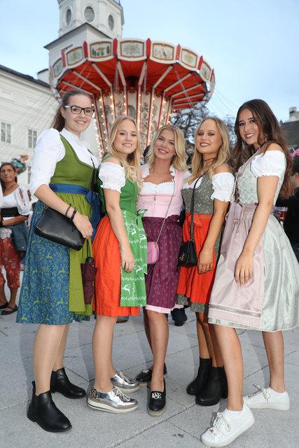 Tacht ist beim Ruperti-Kirtag Pflicht: Stephanie, Victoria, Carola, Valerie und Lisa vor dem Karussell.