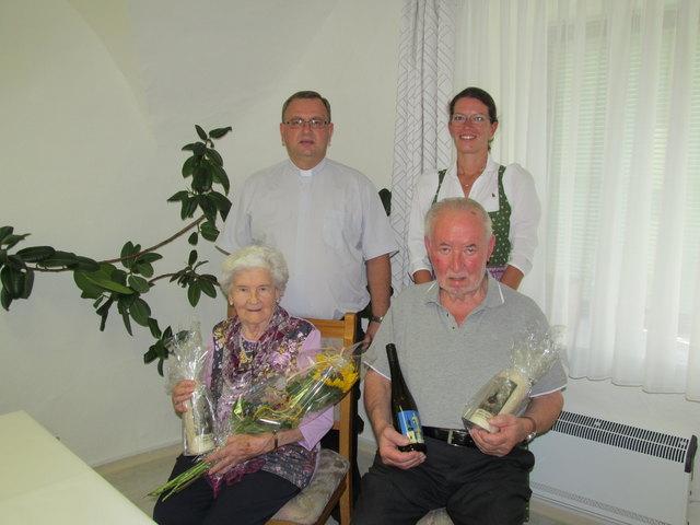 Die Jubilare Berta Berger und Erich Neussner mit Pfarrer Marek Jurkiewicz und Bürgermeisterin Karin Gorenzel.