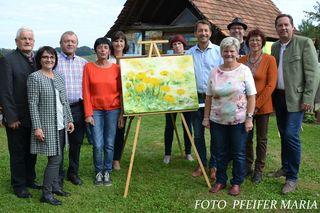 Die Künstlerinnen und Künstler der Hobbymalgruppe Sinabelkirchen mit Ehrengästen bei ihrer Vernissage am Bauernhof der Familie Pfeifer in Pöngraben.