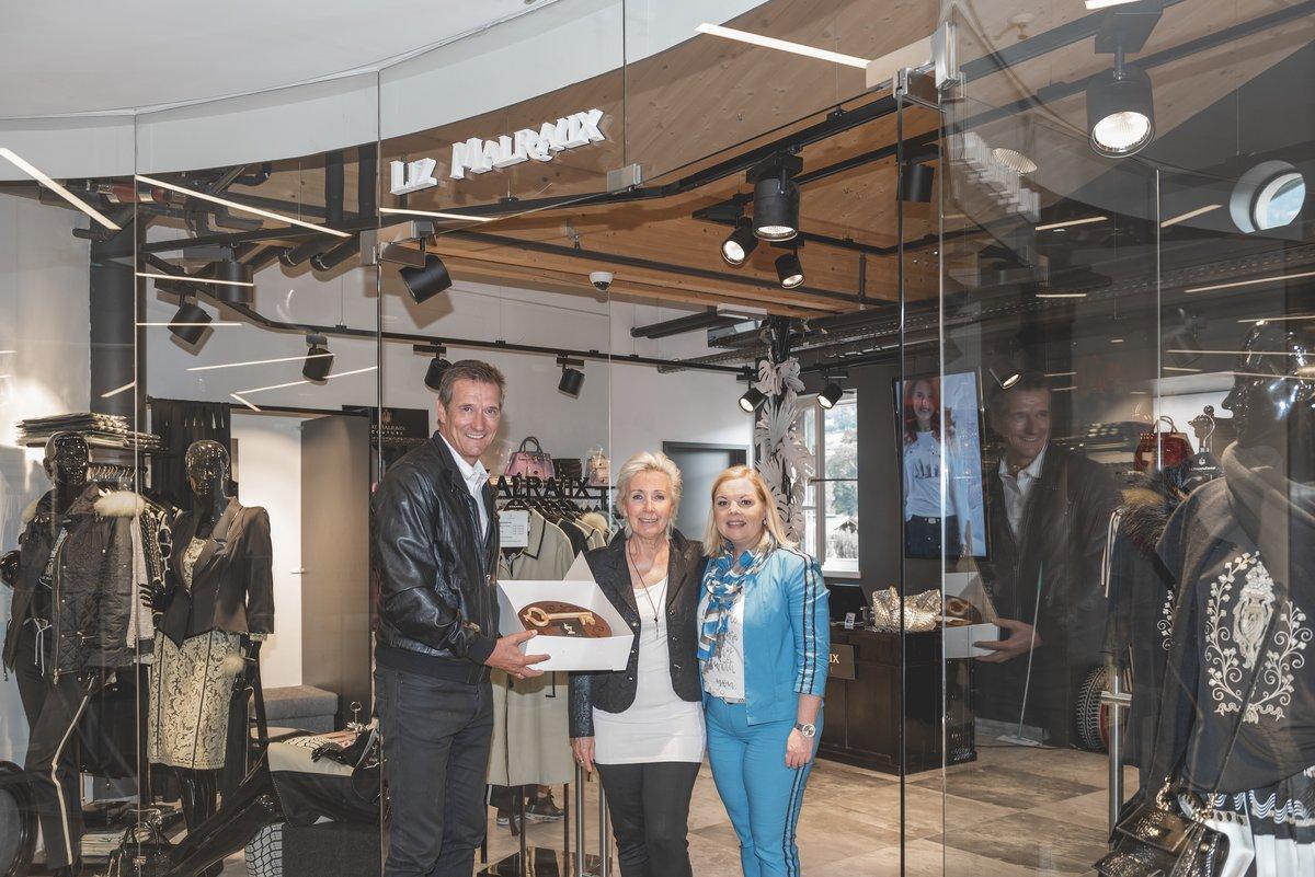 Barbara Trapl und Herbert Pircher begrüßen Liz Malraux mit Storeleiterin  Monika (Mi.). 4bf29f0377