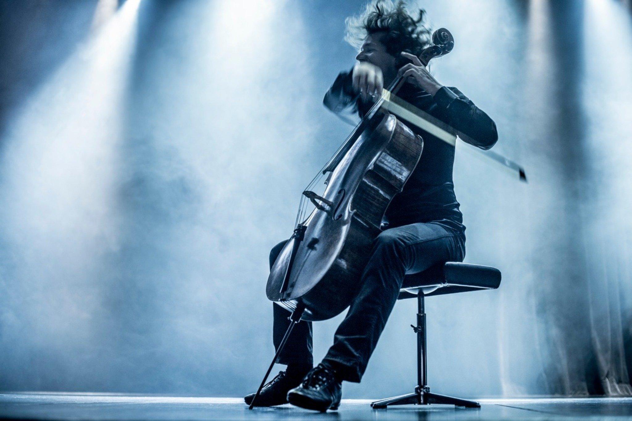 cellist erich h tter spielt im altstoffsammelzentrum. Black Bedroom Furniture Sets. Home Design Ideas
