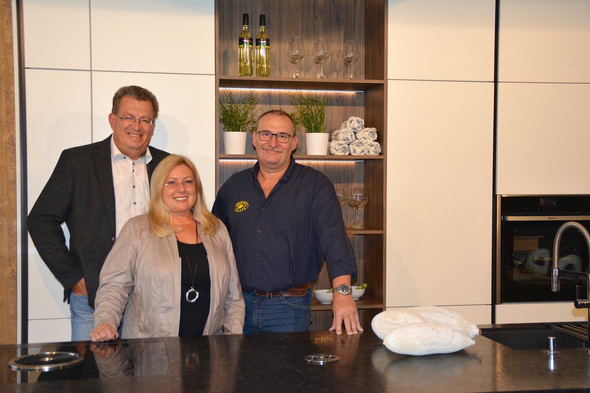 Oskar Swoboda, Sportlicher Leiter der Stock City Oilers, freut sich über die neuen Sponsoren: Christine und Siegfried Geppert von DAN Küchen Stockerau.