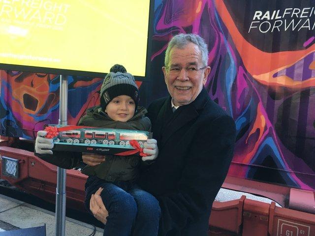Für die nächste Generation investieren  Bundespräsident Alexander van der  Bellen mit dem dreijährigen Noah 89f81ca0dec