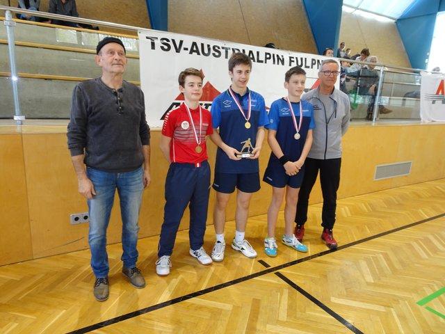 v.l. Sektionsleiter Stellvertreter Hans Rainalter,die drei Erstplatzierten, und Sektionsleiter Hans Tembler (TSV AustriAlpin Fulpmes)