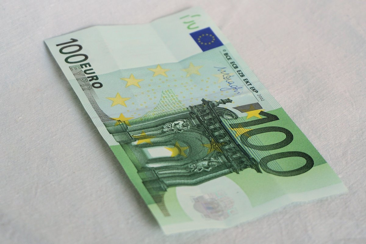 5531886740ecc Die Frau stahl einen 100-Euro-Schein aus der Brieftasche des Friesachers