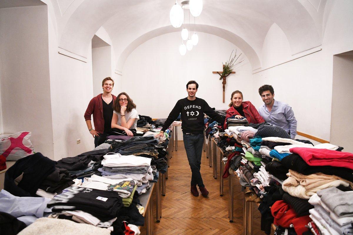 Wohltätigkeit Ein Offener Kleiderschrank Für Obdachlose