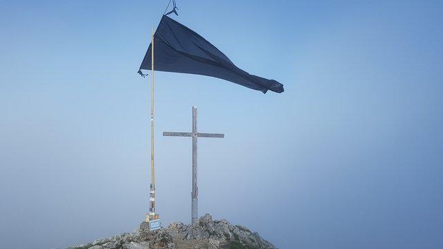 Trauerfahne und Gipfelkreuz am Säuling