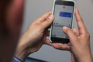 Liebesnachrichten zwischen der Betreuerin und dem 13-Jährigem wurden auf dem Handy gefunden (Symbolfoto).