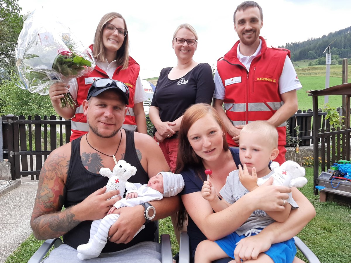 Super Trofaiach: Rettungssanitäter als Geburtshelfer: Geburt im Garten #YC_93