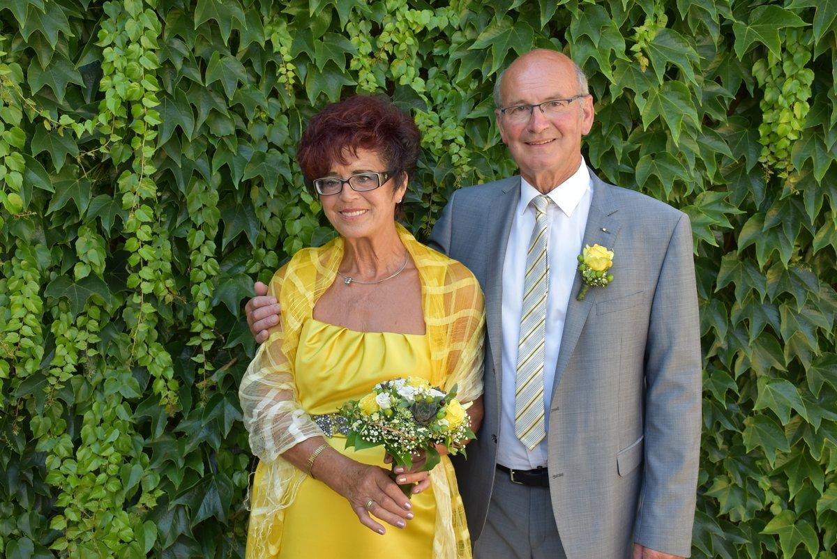Goldene Hochzeit In Goldenem Kleid Gefeiert Melk