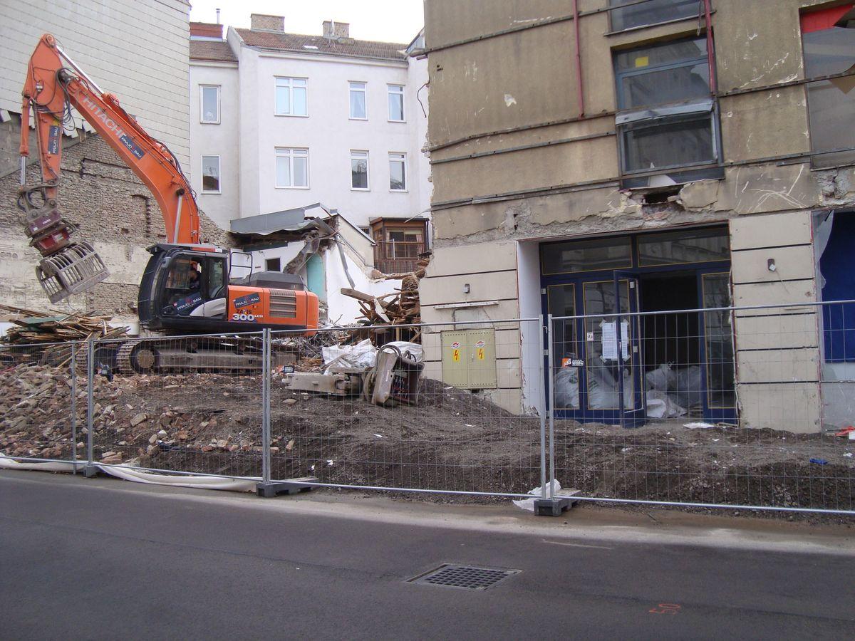 Der Abriss des Requisitenlagers und der Varietebühne des Gloria Theaters hat schon begonnen.