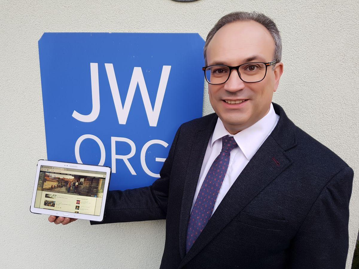 Franz Michael Zagler, Medienbetreuer der Zeugen            Jehovas, präsentiert den Jahresbericht.