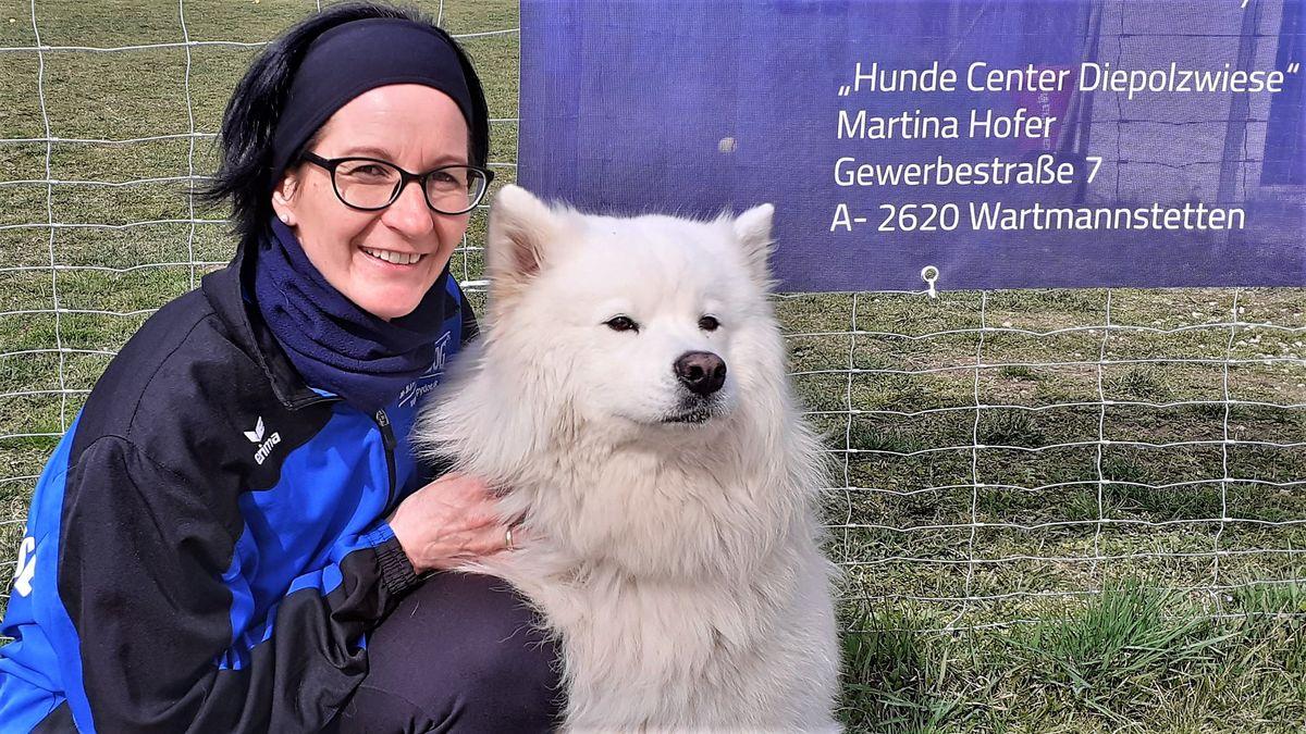 Martina Hofer beschäftigt sich seit Jahren mit Hunden und berät kompetent.