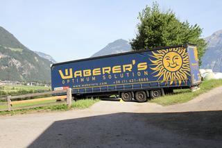 Un camión de Waberer´s atascado en las callejuelas de un pueblo de Austria, al encontrar cerrado un túnel