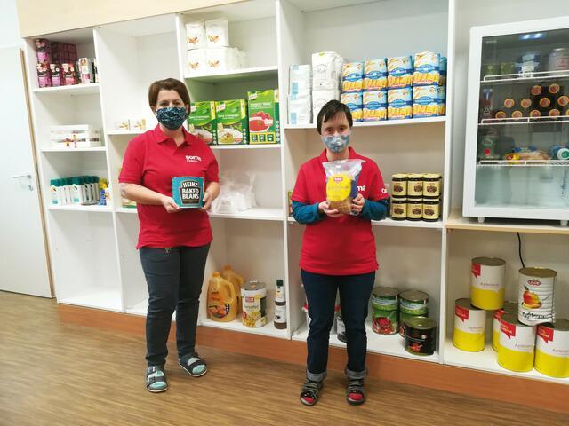 Soma Leiterin Susanne Hollerer und Mitarbeiterin Eva Steiner im neuen Sozialmarkt in Gars am Kamp.