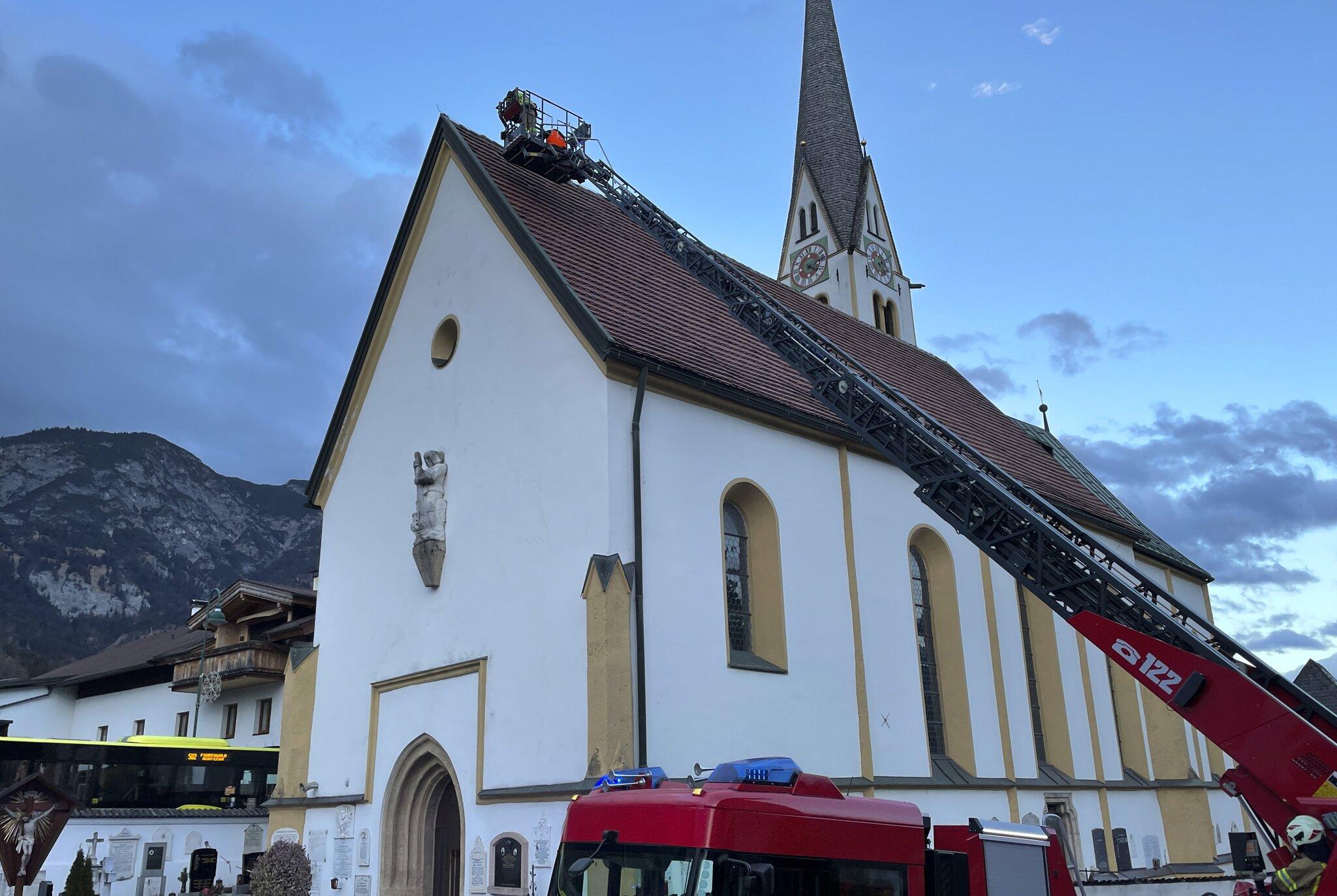 Sturm-l-ste-Dachziegel-bei-Wohnanlage-und-Rumer-Kirche