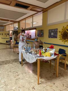 Die Mitarbeiter sind bemüht, den Senioren ein besinnliches Fest zu bereiten.