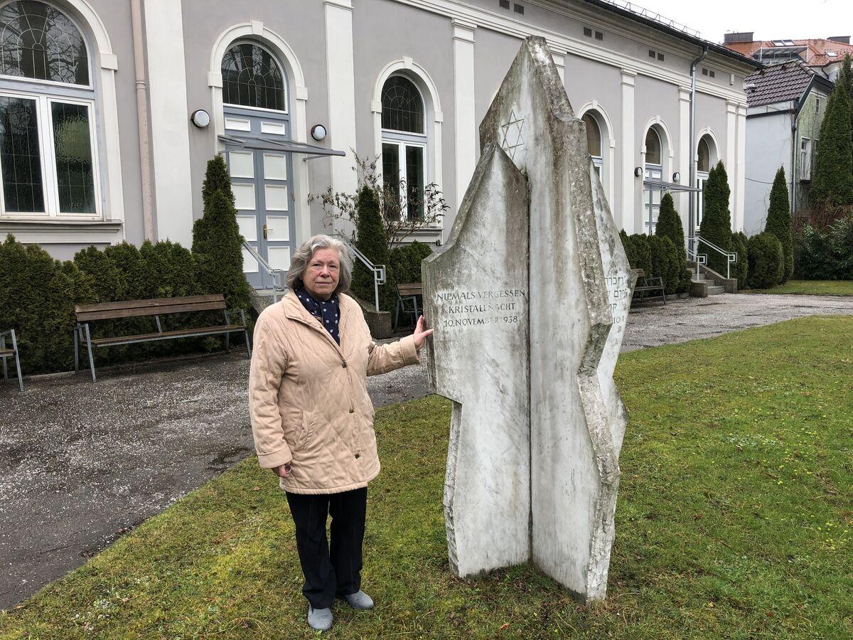 """""""Niemals vergessen"""" – diese Worte stehen auf dem Gedenkstein bei der Synagoge, zeigt Hanna Feingold."""