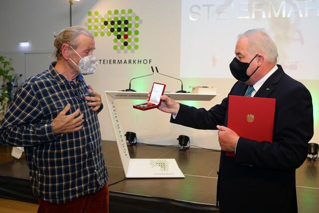 Painter Gerald Prichöh received an award from LH Hermann Schützenhöfer.