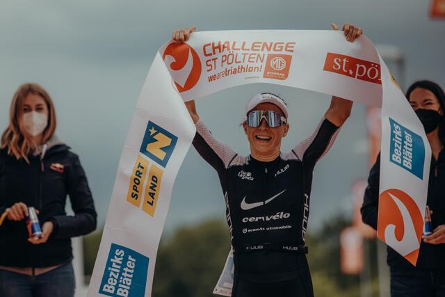 Pemenang Anne Haug di garis finis.