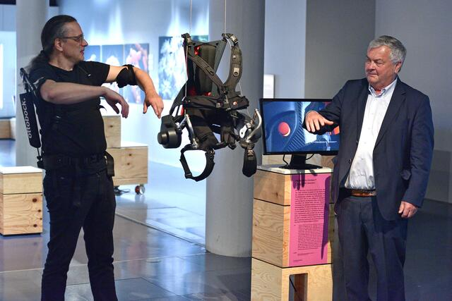 This could also be the work of the future: AK Party Chairman Dr.  Johan Kaliauer (right) and AEC President Gerfried Stocker provide an exoskeleton that can help with heavy-duty work.