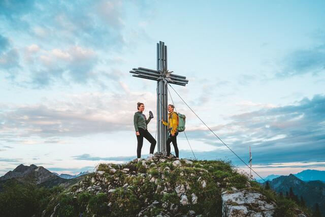 Over 280 km of hiking trails lead to peaks with fantastic views, to rustic alpine pastures, quiet mountain lakes and to breathtaking natural spectacles.