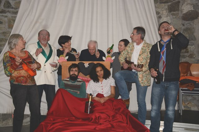 """Ein Blick in fremde Betten ist bei dem Stück """"Schlafzimmer-Gäste"""" in Radstadt möglich."""