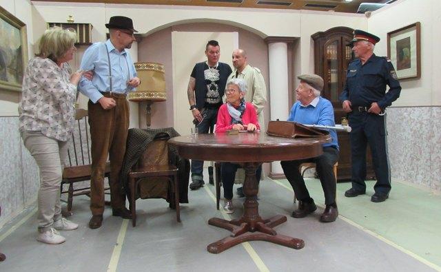 """Volksbühne Telfs: """"Zwei knallharte Jungs"""" mit 3-Gänge Theatermenü."""