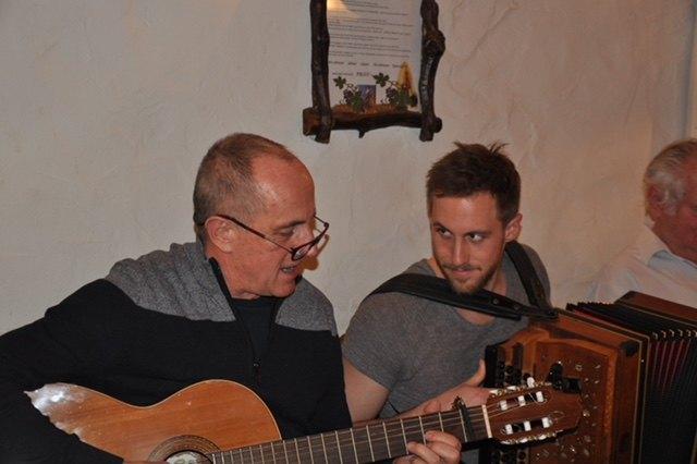 Peter und Sohn Jakob Nöhrer freuen sich schon auf das nächste offene Singen.