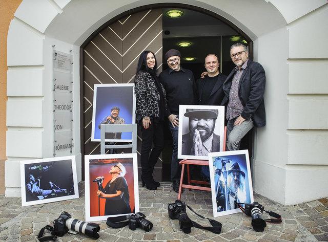 Alexandra Rangger, Helmuth Schöpf, Mike Maass, Thomas Böhm (v. l.) und Andrew Rinkhy (nicht im Bild) zeigen in der städtischen Hörmann-Galerie in Imst die besten Momente aus 15 Jahren TschirgArt Jazzfestival.
