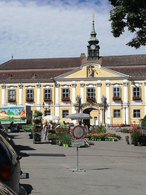 Jeden Mittwoch und Samstag in der Zeit zwischen 7 Uhr und 12 Uhr ist Markt am Rathausplatz in Stockerau.