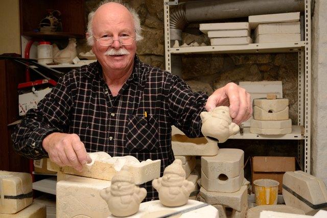 Heinz Mausberg zeigt im Julbacher Heimathaus, wie man Keramik herstellt und bemalt.