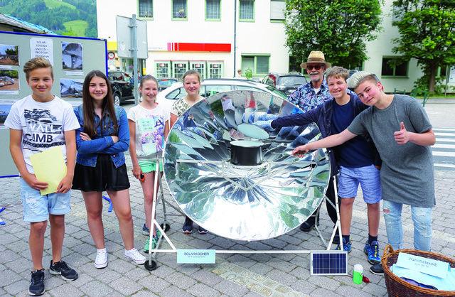 Die Schüler des Gymnasiums bewirten interessierte mit Hilfe eines Solarkochers.