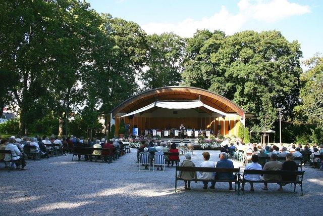 https://de.wikipedia.org/wiki/Datei:Bad_Sauerbrunn_Konzert_im_Kurpark.jpg