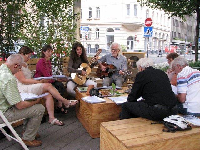 """Die """"Offene Mittwoch-Singrunde"""" mit Nadja Offinger  in der """"Galerie Sandpeck Wien 8"""" – Verein zur Förderung von Kunst, Kultur und Wirtschaft übersiedelt im Juni ins """"Wohnzimmer am Uhlplatz""""!  """"Komm und sing mit uns!""""  Wir wollen die Kommunikationsform das Singen, in unseren Alltag einbinden und so gemeinsam unsere Freizeit verbringen. Wir treffen uns am  6., 13., 20. und 27.6.2018 von 19-20.30  und singen querbeet durch unsere Liedermappe,  bestehend aus einer sehr bunten und lebendigen Mischung aller Musikstile."""