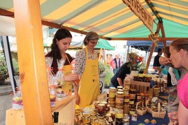 Viele verschiedene Honigsorten warten beim Oberpinzgauer Honigfest auf die Besucher.